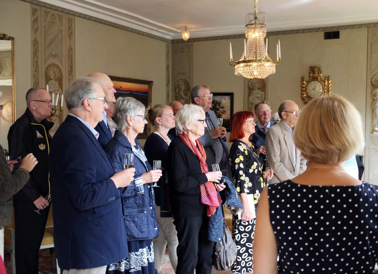 Samling framför porträttet - medlemmar i Olof von Dalinsällskapet