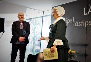 Petter Heldt presenterade scenprogrammet. Till höger sällskapets sekreterare Elisabeth Andrén
